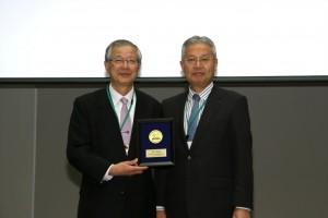 図1 Gold Medal受賞を授与する西村恭昌理事長(右)と受賞した山田章吾先生(左)